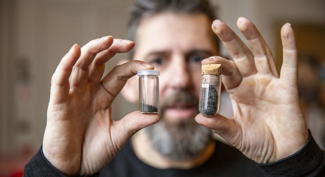 Professor Martin Bizzarro med to små kolber med CI-chondritter
